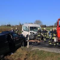 20161206_B465_Bad-Wurzach_Unterschwarzach_Unfall_Frontal_eingeklemmt_Transporter_Pkw_Feuerwehr_Poeppel_new-facts-eu_028