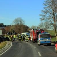 20161206_B465_Bad-Wurzach_Unterschwarzach_Unfall_Frontal_eingeklemmt_Transporter_Pkw_Feuerwehr_Poeppel_new-facts-eu_031