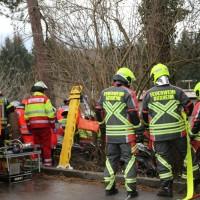 20161211_Unterallgaeu_Buxheim_Unfall_Pkw_Baum_Feuerwehr_Poeppel_0025