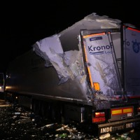 20161221_A96_Aitrach_Aichstetten_Lkw-Unfall_Ladung_Polizei_Poeppel_0003