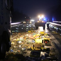 20161221_A96_Aitrach_Aichstetten_Lkw-Unfall_Ladung_Polizei_Poeppel_0038