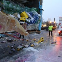 20161221_A96_Aitrach_Aichstetten_Lkw-Unfall_Ladung_Polizei_Poeppel_0058