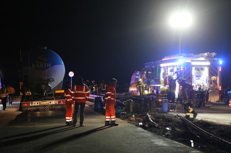20161227_A96_Aitrach_Aichstetten_Lkw-Unfall_Feuerwehr_Poeppel_0125