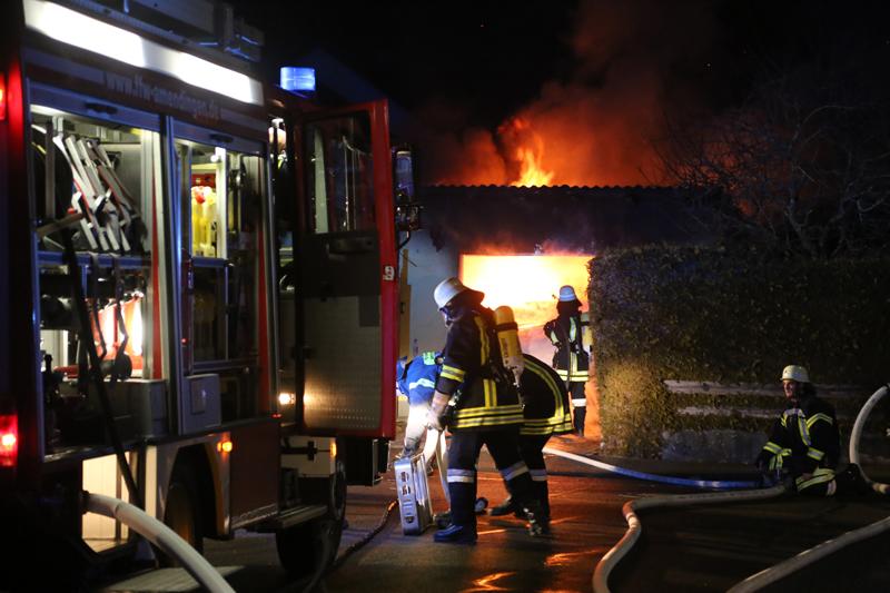 2016_Memmingen-Amendingen_Brand_Pkw_Garage_Feuerwehr_Poeppel_0002