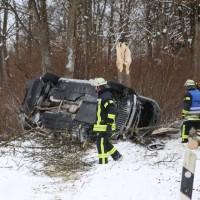 20170107_A7_Leubas_Pkw-Unfall_Baum_Schwerverletzte_Feuerwehr_Poeppel_0003