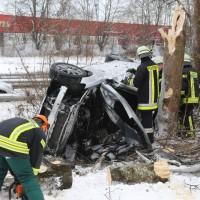 20170107_A7_Leubas_Pkw-Unfall_Baum_Schwerverletzte_Feuerwehr_Poeppel_0005