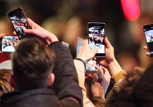 Fans von George Clooney schießen Fotos mit dem Smartphone, über dts Nachrichtenagentur