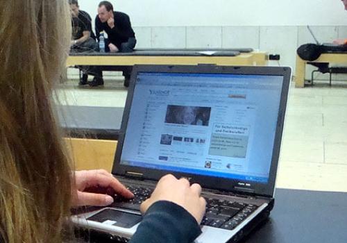 Internet-Nutzerin vor dem Computer, über dts Nachrichtenagentur