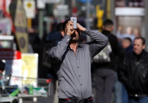 Mann mit Smartphone, über dts Nachrichtenagentur