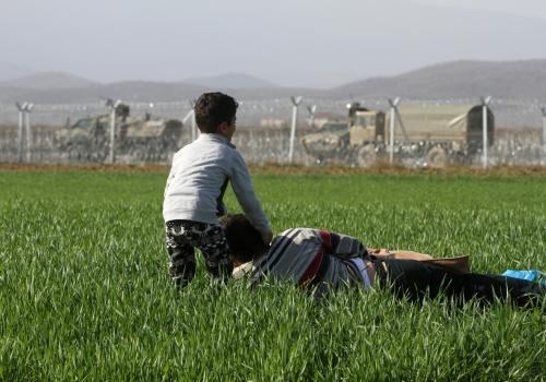 Flüchtlinge vor dem mazedonischen Grenzzaun, über dts Nachrichtenagentur