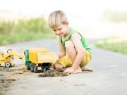 Kind im Sandkasten