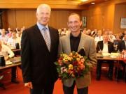 Landrat Dr. Heiko Schmid gratuliert Peter Frei zu seiner Wahl zum Kreisbrandmeister. Foto: Landratsamt Biberach