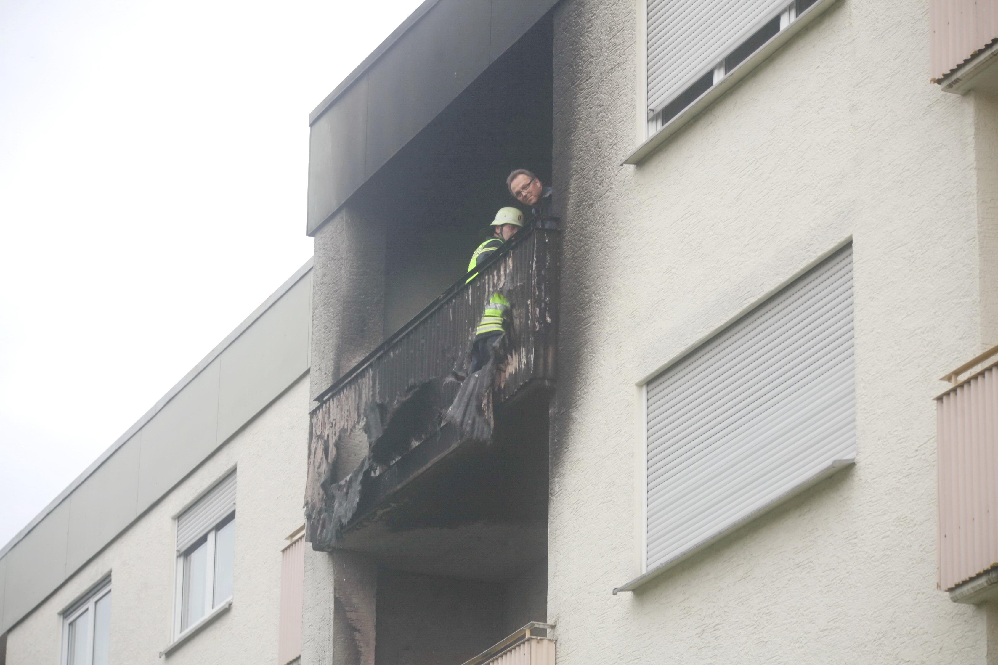 Neu Ulm Flammen Schlagen Vom Balkon Eines