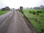 Werden Straßen nach der Ernte nicht von Verschmutzungen gereinigt, kann dies zu Unfällen führen. Foto: Landratsamt Unterallgäu