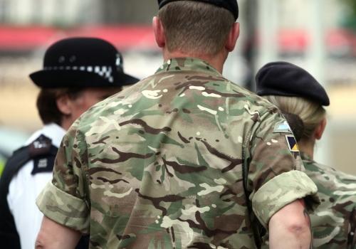 Britische Polizei und Sicherheitskräfte in Tarnhemden, über dts Nachrichtenagentur