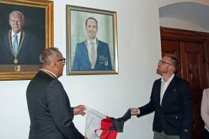 In der Galerie der Oberbürgermeister im Rathaus hängt das Porträt von Markus Kennerknecht neben dem Bildnis von Altoberbürgermeister Dr. Ivo Holzinger. (Foto: Stadt Memmingen)