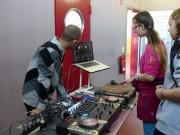 Übung macht den Meister: DJ Mexx Pain zeigt den Jugendlichen die Technik eines DJs - Foto: Kaminwerk Memmingen