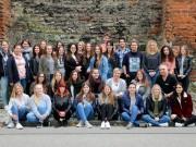 er Frauenanteil überwiegt: Die 34 neuen Auszubildenden der Berufsfachschule für Krankenpflege am Klinikum Memmingen mit ihrem Klassenleiter Siegfried Beer (Mittlere Reihe, ganz rechts).                            Foto: Klinikum Memmingen