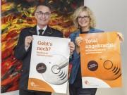 """Hartmut Ziebs, Präsident des Deutschen Feuerwehrverbandes (DFV), und Claudia Groetschel, Sprecherin der Initiative """"Rauchmelder retten Leben"""" stellen die Plakate zum Rauchmeldertag 2017 vor."""