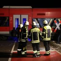2017-12-01_Unterallgaeu_Breitenbrunn_Pkw_Regionalzug_Feuerwehr_Poeppel20171201_0014