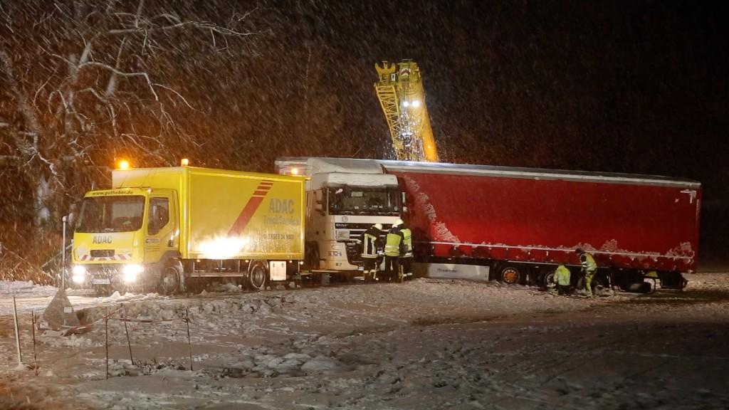 2017-12-14_Oberallgaeu_Kimratshofen_Lkw-Unfall_Schnee_Bergung_Poeppel_07