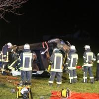 2017-12-23_B312_Erlenmoss_Edenbach_Pkw_Baum_Feuerwehr_Poeppel_0009