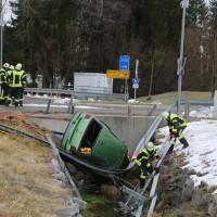 2017-12-27_Oberallgaeu_Durach_Miesenbach_Pkw-Bach_Unfall_Feuerwehr_Poeppel_0008