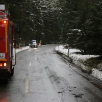 2017-12-30_Biberach_Kirchberg_Gutenzell_Unfall_Schneeglaette_Feuerwehr_Poeppel_0007