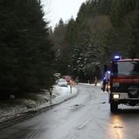 2017-12-30_Biberach_Kirchberg_Gutenzell_Unfall_Schneeglaette_Feuerwehr_Poeppel_0009