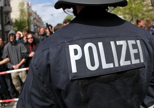 Polizei mit Demonstranten, über dts Nachrichtenagentur