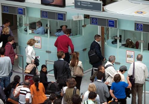 Flugpassagiere vor der Passkontrolle, über dts Nachrichtenagentur