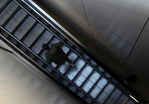 Mann läuft Rolltreppe hoch, über dts Nachrichtenagentur