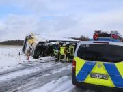 2018-01-17_B312_Lkw-Unfall_Schnee_Feuerwehr_Poeppel_0003