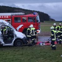 2018-01-19_Unterallgaeu_Erkheim_Guenz_Unfall_Lkw_Transporter_Feuerwehr_Poeppel_0008