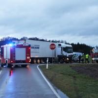 2018-01-19_Unterallgaeu_Erkheim_Guenz_Unfall_Lkw_Transporter_Feuerwehr_Poeppel_0018
