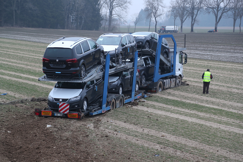 2018-02-06_A96_Holzguenz_Lkw_Autotransporter_Unfall_Polizei_Poeppel_0005
