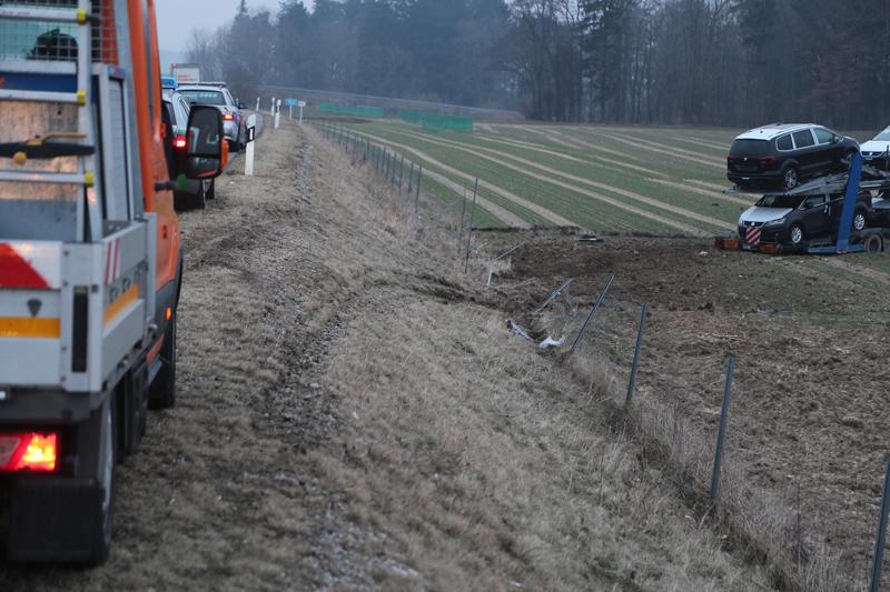 2018-02-06_A96_Holzguenz_Lkw_Autotransporter_Unfall_Polizei_Poeppel_0011