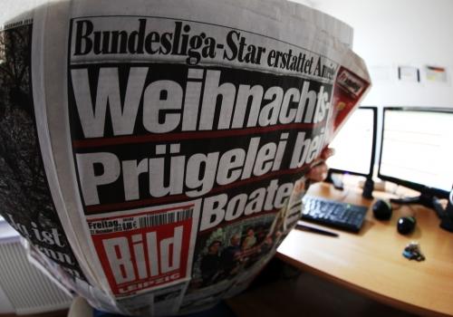 Leserin mit Bild-Zeitung, über dts Nachrichtenagentur
