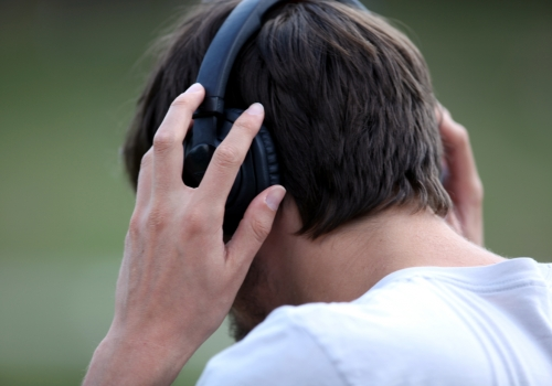 Mann mit Kopfhörern, über dts Nachrichtenagentur
