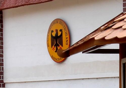 Schild einer deutschen Botschaft im Ausland, über dts Nachrichtenagentur