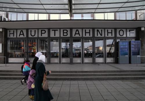 Frauen mit Kopftuch vor dem Ulmer Hbf, über dts Nachrichtenagentur