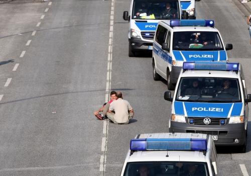 Polizeiautos umfahren Anti-G20-Protest in Hamburg, über dts Nachrichtenagentur
