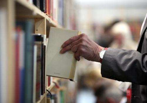 Leser mit Büchern, über dts Nachrichtenagentur