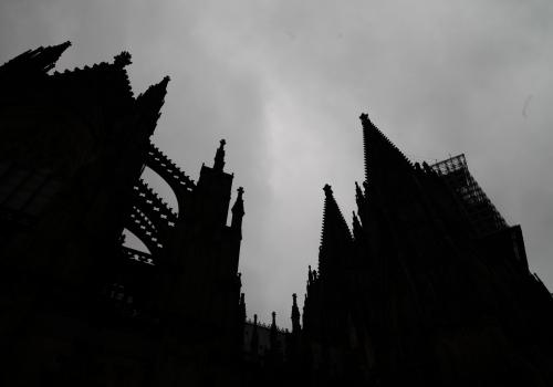 Kölner Dom dunkel unter grauen Wolken, über dts Nachrichtenagentur