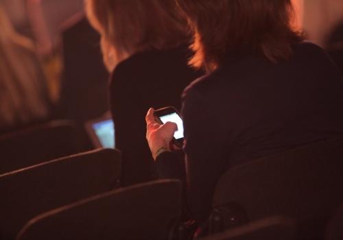 Geschäftsfrauen mit Smartphone, über dts Nachrichtenagentur