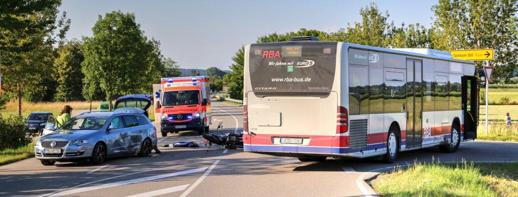 Unfall Rammingen MN23 Motorrad Bus PKW 1