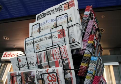 Zeitungen und Zeitschriften an einem Kiosk, über dts Nachrichtenagentur