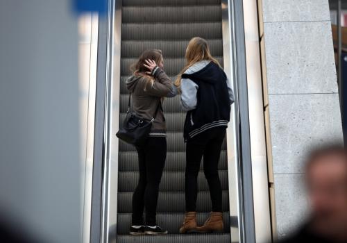 Junge Mädchen auf einer Rolltreppe, über dts Nachrichtenagentur