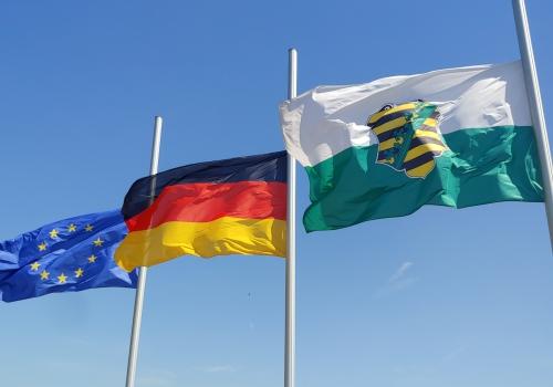 Flaggen vor dem sächsischen Landtag, über dts Nachrichtenagentur