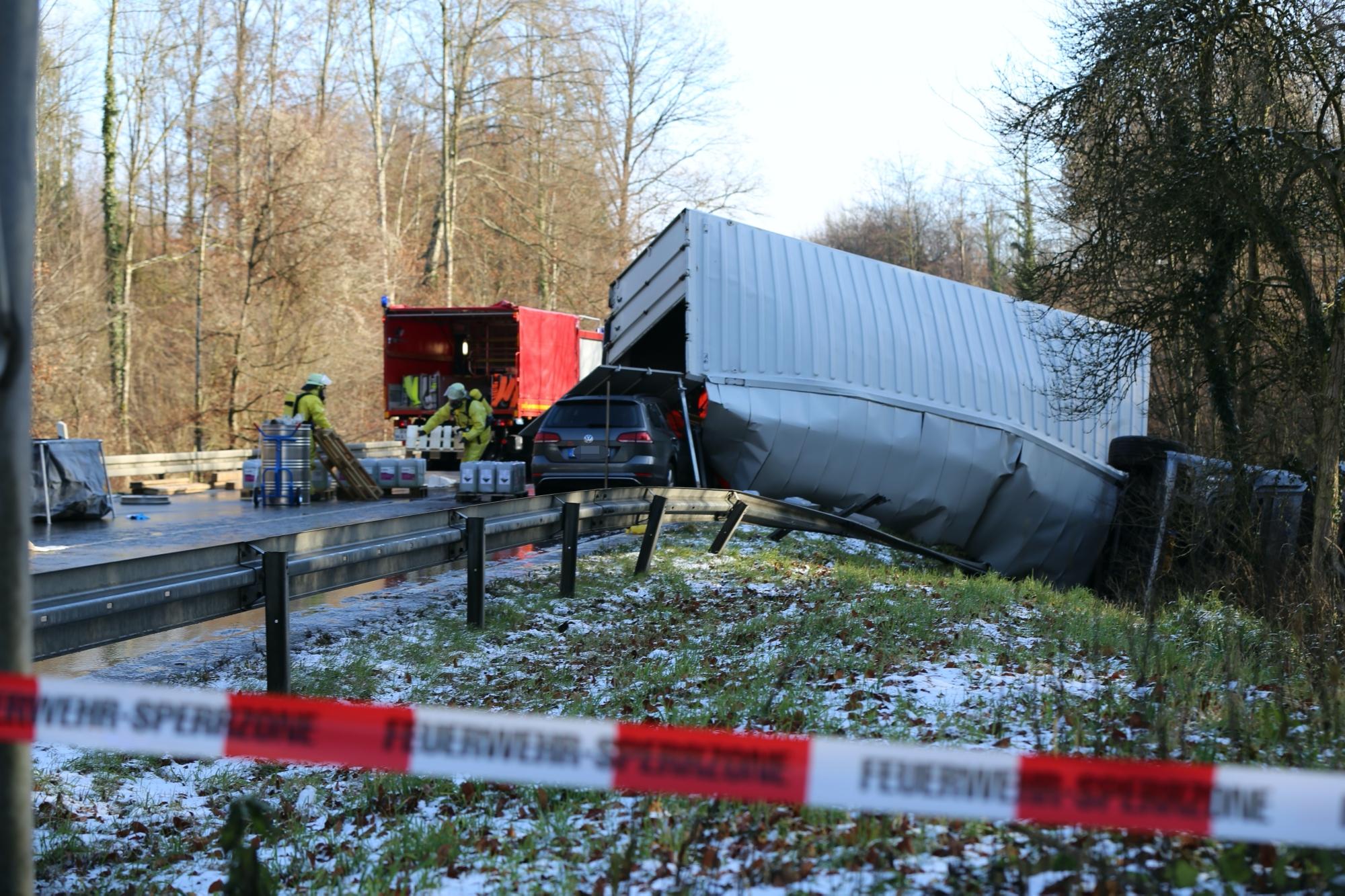 2019-12-10_B30_Ravensburg_Enzisreute_Baindt_Lkw-Unfall-Gefahrgut_Feuerwehr_PoeppelIMG_2511